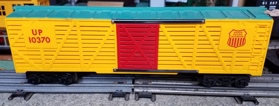 Kris Union Pacific 10370 stock car; yellow and green stock car with red doors